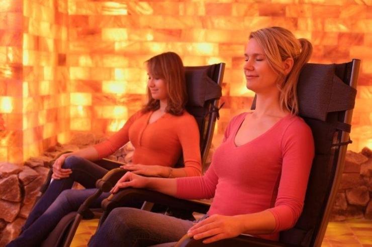 Zwei Frauen entspannen in Salzgrotte